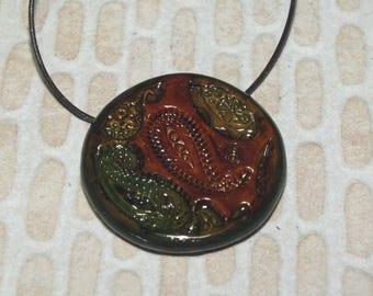 Collier avec arabesques dans des teintes automnales