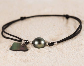 Pearl Stretch Bracelet with a Tahitian Pearl and a fish