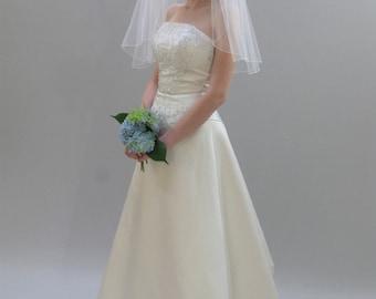 "22"" Past Shoulder Length Wedding Veil with Pencil Edge"