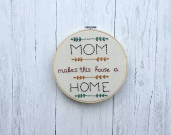 Mom makes this house a Home embroidery hoop art / wall decor / house warming gift / family present / Mother's Day gift / Birthday present