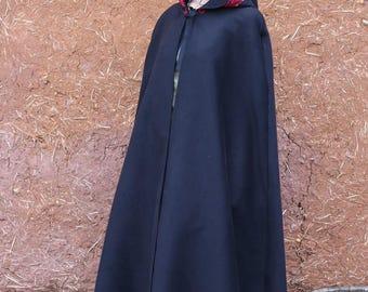 Cape longue noire avec capuche bordée de dentelle rouge   Cape Diem