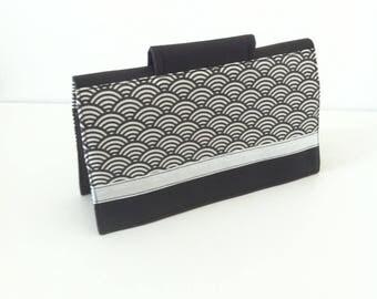"""Porte-chéquier """"collines noires"""" en similicuir noir et coton enduit noir et blanc avec porte-crayon et compartiment CB"""