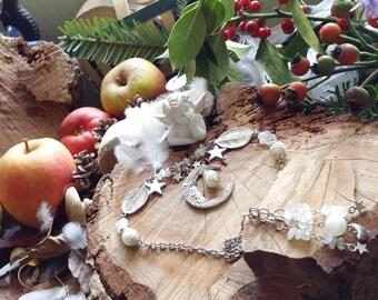 Collier de perles en pierres de lune blanches et pèches. Chute de cou travaillée. Par AngelS SignS