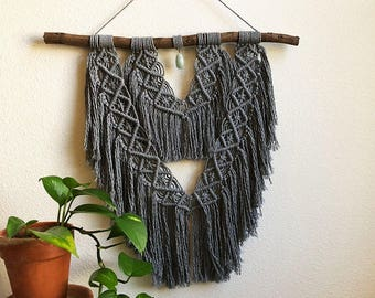 Grey Macrame Wall Hanging with Green Agate Crystal in the Center, Woven Wall Hanging, Boho Home Woven Tapestry, Hippie Wall Hanging Tapesty