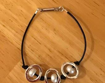 Silver Loop Pearl Bracelet, Leather bracelet, Unisex bracelet, Boho Bracelet, silver loop bracelet, pearl bracelet, festival jewelry, boho