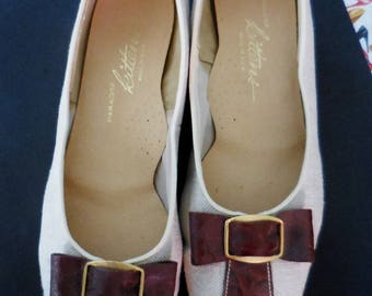 """Vintage 60s 70s Paradise Kittens """"Vara"""" Bow Pumps - Size 9.5 -Cream/Beige Linen & Gator Embossed Faux Brown Leather -Slip On -Low Heels -USA"""
