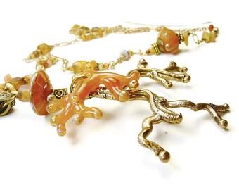 Sautoir à pendentif en bronze d'art en forme de branche perlée en coloris roux caramel miel
