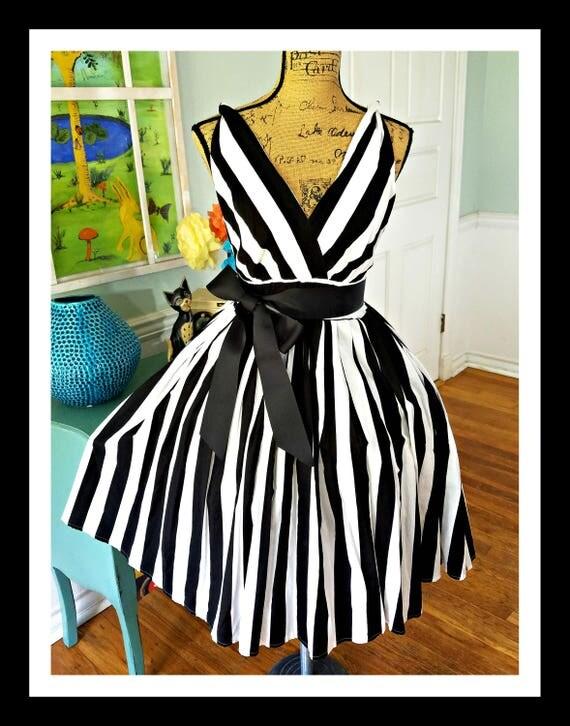 Stunning Vintage Dress ~ Pin up ~ Garden Party ~ Wedding ~  Tea Party ~ Black & White~Stripes~ Full Sweep Skirt~ Bridal Shower~Cotton~ Md/Lg
