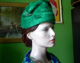 Luxurious emerald green dyed fur felt hat. 1950's, 1960's. Green crystal stone. St. Patrick's day elegant. Elizabeth, New York Paris