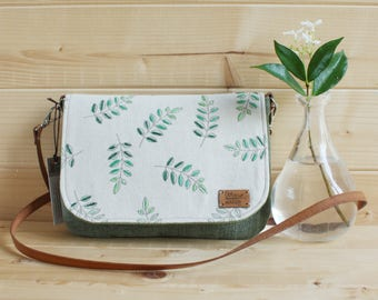 """Natural style"" bag to wear around the wrist or shoulder bag. Flap decorated with raw fabric and hand-embroidered leaves"