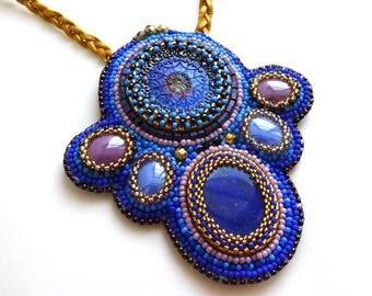 Sautoir bleu et doré lapis lazuli et perles brodées