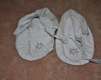 Vintage 1960s White Leather Baby Moccasins with White Beads