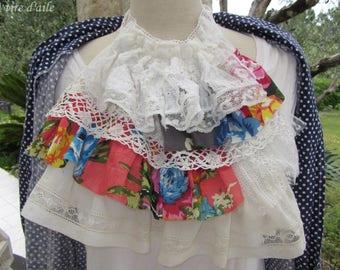 Belle lavallière ou jabot avec dentelles anciennes et coton fleuri, romantique et shabby chic