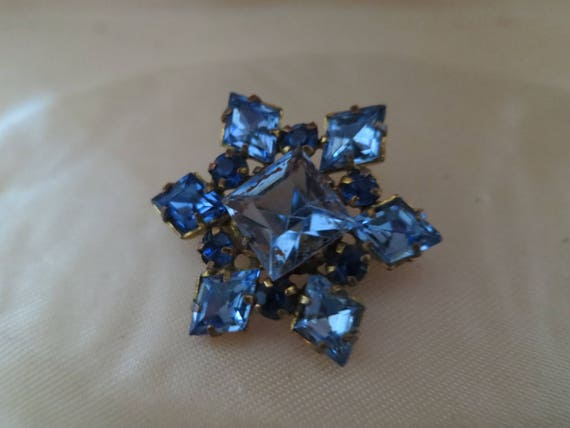 Beautiful vintage Deco sapphire glass foil backed star design brooch