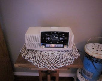 Vintage Tube Clock Radio - 1958 General Electric 415-C - Very 50s Lines and Rose Beige Color
