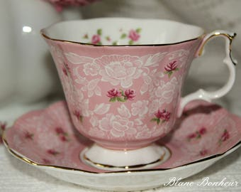 Royal Albert ''True love'', England: Pink tea cup & saucer with small pink roses