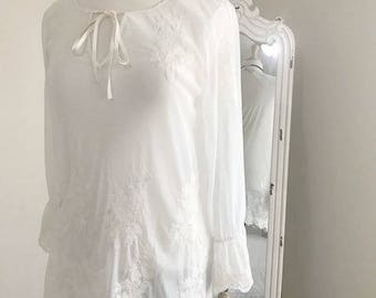 Beautiful sheer tunic with appliques in thread By Alfani Size Medium Vintage Ivory Tunic