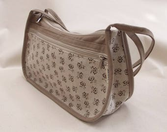 a small bag beige triangle and flower print