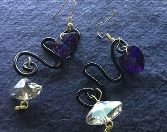 Orecchini in alluminio nero con cuore swarovski viola sfumato e swaroski  bianchi assimetrici