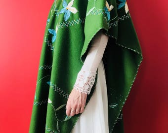 Mexican poncho. Green poncho. Winter clothes. Mexican textiles. Textile art. Mexican Embroidery. Vintage poncho.