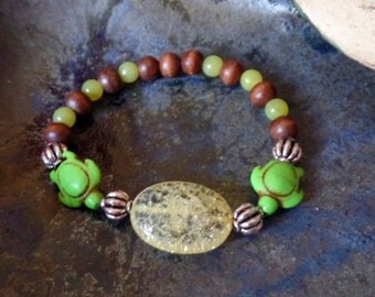 Lemur-bracelet with rock crystal-crashed, peridot and Palm wood