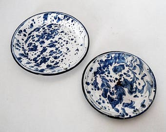 Set of 2 plates in white and blue enamel. Vintage