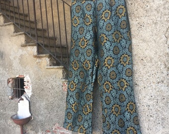Pants Model Kick flare (or trumpet) in silk brocade with floral design.