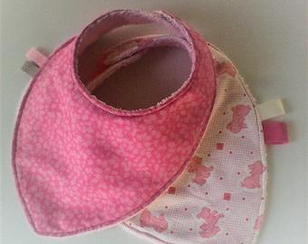 Bavoir bandana par 2 ,bavoir foulard ,liberty et coton imprimé de petits chiots ,doublés d'éponge,tons roses,cadeau de naissance,fille
