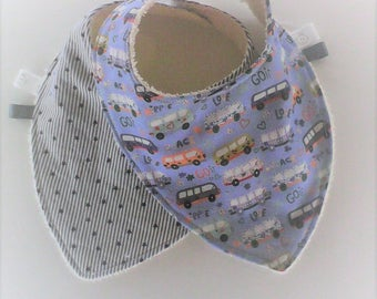 Bavoir bandana par 2 ,bavoir foulard ,tissu imprimé tons bleus,gris et blancs  ,cadeau de naissance ,fait main .