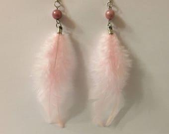 Boucles d'oreilles romantiques plumes perles roses supports argentés