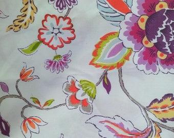 coupon de coton fond blanc à fleurs colorées pour des créations à prix discount