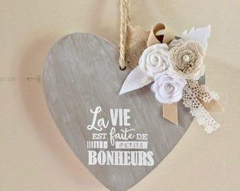 Coeur en bois orné de fleurs en tissu et d'une citation positive