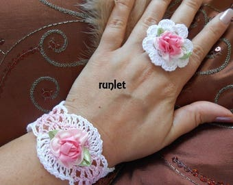 Set in white cotton with the crochet.bracelet and bague.fleur Pink White satin