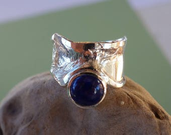 Silver ring with a lapis lazuli.
