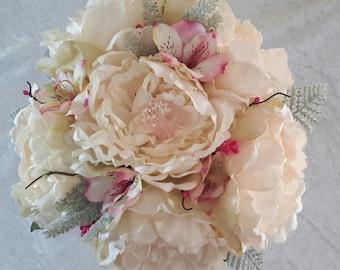 Bouquet de mariée pivoines écrues et alstroemeria rose