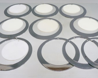 Lots of luster 60s circles in white and chrome plastic pieces 14.6 cm diameter