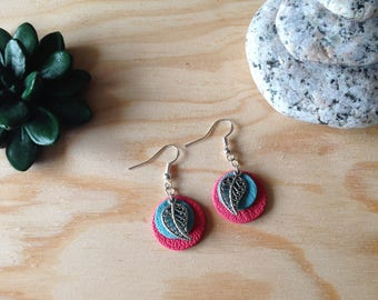 Round earrings leather and feather - round earring blue and salmon