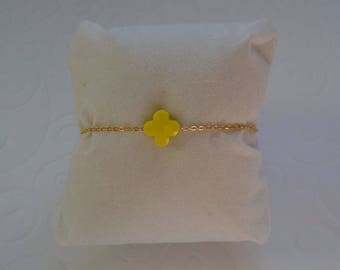 Yellow clover bracelet on gold chain