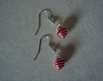 These earrings spiral red bead