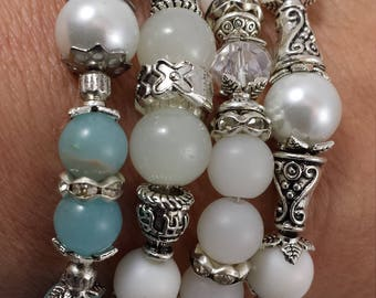 Bracelets of pearls and stones in glass/marble/frosted and several ornaments separators