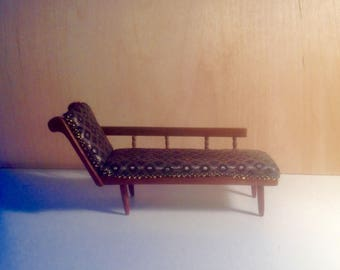 Victorian  chaise  lounge. Made of maghogany