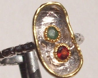 Ring with a tsavorite and crimson garnet