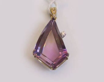 Pendant in bright yellow gold and amethyst