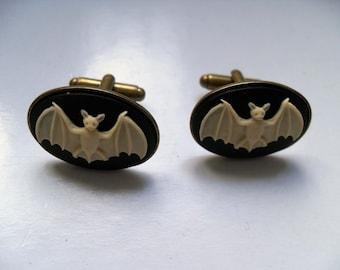 Bat cameo cufflinks. Unique cufflinks. Groomsmen cuffflinks. Alternative wedding. Gothic wedding. Macabre. Cufflinks vintage. Gothic jewelry