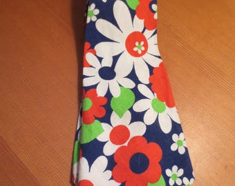 Vintage Striking 1970s Mod Daisy Flower Wide Tie / White and Red Daisy Pattern / English Mod Flower Power / Boho Tie / Cool Retro Tie