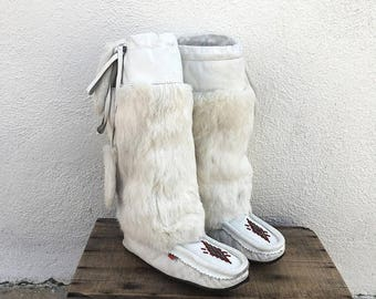SALE 80s Rabbit Fur Moccasins Sheepskin Lined White Leather Beaded Flat Boots Ladies Size 8.5-9