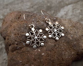 Silver Snowflakes Earrings, Snowflakes Jewelry, Antique Silver Snowflakes Charm Earrings, Christmas Earrings, Gift for her, Stocking Stuffer