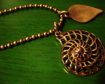 Vintage 1990s Boho Chic Gold Seashell and Leaf Pendant Necklace