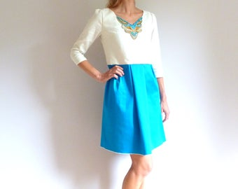 Dress in the embroidered plastron hand ivory, gilded and blue lagoon ANJA