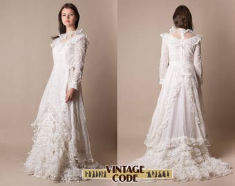 1970s White Lace Wedding Dress /  Bridal gown with train / Ruffle Soft Lace wedding dress /  very good condition / size Small